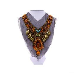 Grand collier de perles fait main style ethnique, à la mode style, de belles couleurs