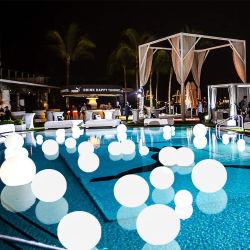 De Ballen die van het Zwembad het Licht van Ballen op de Impulsen van de Pool drijven