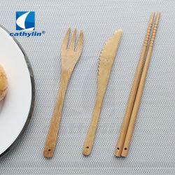 منزل ودود للبيئة مع مجموعة عشاء من أدوات المائدة الخشبية القابلة للتحلل البيولوجي