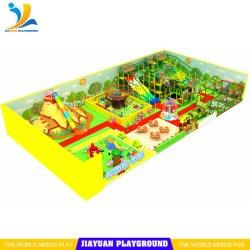 Equipos de patio interior Net Soft Play Volcán diapositivas con campo de fútbol