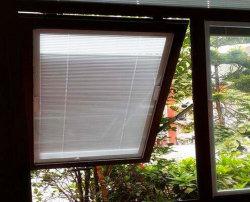 안쪽으로 장님을%s 가진 격리된 디자인 유리제 Windows