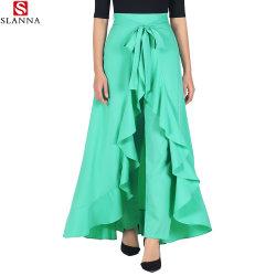青緑の多伸張のクレープの女性はズボンによって長くまわりを回る