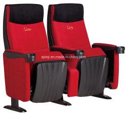 Poltrona reclinabile per il cinema a due posti nella sala del cinema VIP del pubblico