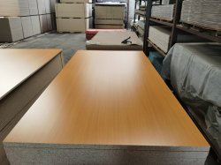 1220 * 2440 * 15mm Linyi Factory는 멜라민 파티클 보드 우드 그레인 컬러를 판매합니다 가구용 E1 글루