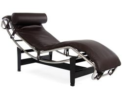 ルコルビュジエ LC-4 スタイルの長椅子、中央世紀のモダンな椅子が置かれている