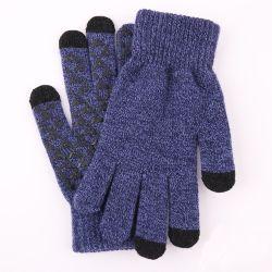方法アクリルのタッチ画面の冬の人によって編まれる手袋