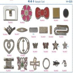 부속품이 절묘한 모조 다이아몬드 장식적인 금속에 의하여 구두를 신긴다
