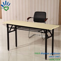 La escuela de estudiantes en el Aula de muebles de oficina mesas y sillas