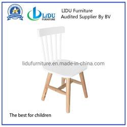 다른 색깔 소나무 아이 가구 나무로 되는 아이 테이블 및 의자에 있는 의자가 아이들 발판 아기에 의하여 농담을 한다