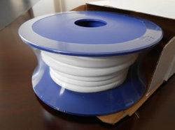 0.7-1.0g/cm3 PTFEはガスケットテープを拡大する、テフロンはガスケットテープ白いカラーおよび裏付けの接着剤を拡大する