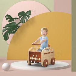 Carro de empurrar do Caminhante para bebé no exterior de madeira
