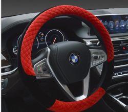 Le volant automatique rouge de peluche courte couvre l'universel de 380mm