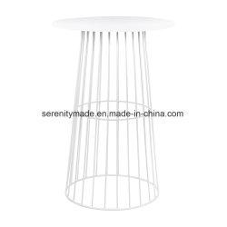 Une utilisation en extérieur sur le fil métallique rond High Bar le mobilier de table