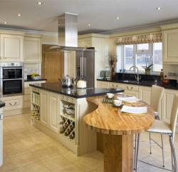 Une cuisine avec des armoires de blanc et de radio de granit noir Pantry armoire de cuisine de l'unité