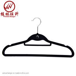 Schwarze Samt-Kleidung-Aufhängung scharte sich Plastikaufhängung mit Minihaken