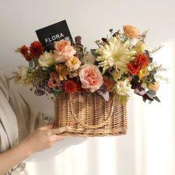 流行の藤のギフトの買物かごの装飾的な手によって編まれるヤナギの柳細工の花のバスケットホームに