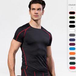 La forma fisica di allenamento degli uomini mette in mostra la compressione di ginnastica della maglietta la parte superiore di colore solido