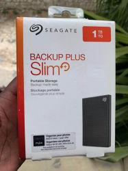 محرك أقراص Seagate Backup Plus Slim بسعة 1 تيرابايت مزود بذاكرة مصنوعة من مكونات صلبة (SSD) سعة 3 تيرابايت محرك أقراص ثابت خارجي