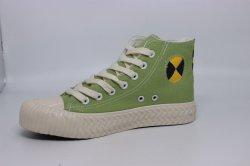 الصين تصنع نساء أعيد نقشهن على أحذية ذات قماش مرتفع متهالكة