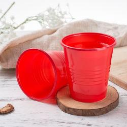 Comercio al por mayor juego de cubiertos de plástico PP taza taza caliente con características personalizadas de color rojo para bebida fría