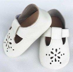 白い女の子のダンスの靴のための柔らかい唯一の革幼児靴