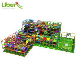Aire de jeux enfants Parc de loisirs avec un terrain de basketball