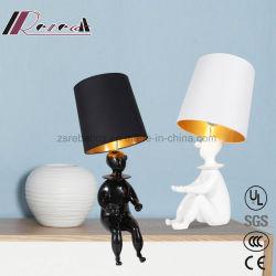 Fábrica de iluminación Guzhen Chico de resina de diseño Lámpara de mesa