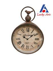 Выражая глубокое сожаление в старинной Red Wall металлические часы с высоты птичьего полета на верхней части