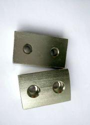 強い引き力が付いているブロックによってさら穴を開けられるネオジムの磁石N42