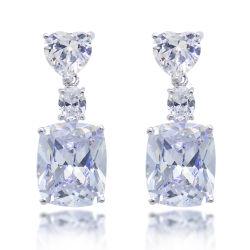 Il lampeggio bianco lapida l'anello elegante e fragile del diamante degli orecchini per le donne