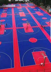 Il campo da pallacanestro di collegamento dell'interno ed esterno dei pp mette in mostra il sistema della pavimentazione