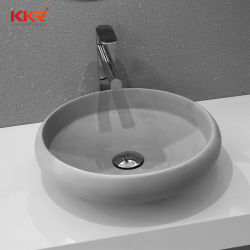 Au-dessus de la surface solide ovale blanc pur du bassin de comptoir