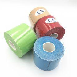 L'atleta elastico adesivo impermeabile mette in mostra il nastro di cinesiologia