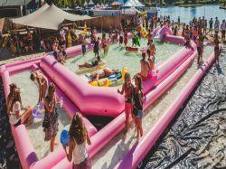 거대한 분홍색 팽창식 수영풀