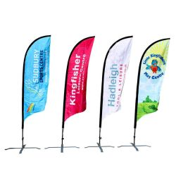 Straße, die Ausstellung-Feder-Wind-Fahnen-im Freienfliegen-Markierungsfahne bekanntmachend steht