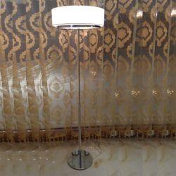 そうすばらしいデザインホテルの白い現代床のファブリック陰の寝室のための永続的な読書照明床ランプ