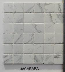 中国の製造者の白いカラーラの大理石の一見デザイン正方形の形の陶磁器のモザイク