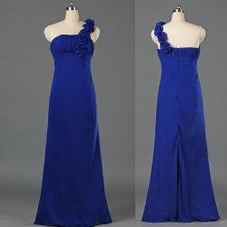 女性は1人の肩の長く軽くて柔らかい新婦付添人女性のゲストのための結婚披露宴のガウンに服を着せる