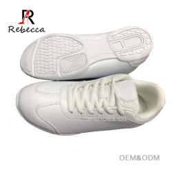 カスタムOEMのチアリーディングは通気性のトレーニングの靴のJumingの競争の靴に蹄鉄を打つ