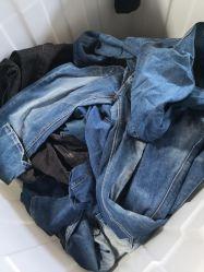 Verwendete Kleidung verwendete Sommer-Kleidung verwendete Jeans