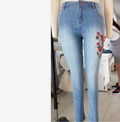De Jeans van het denim met het Borduurwerk van de Bloem