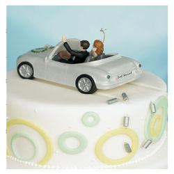 Mariée et marié dans la figurine de voiture