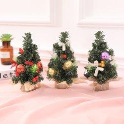 테이블에 소형 크리스마스 나무의 크리스마스 훈장
