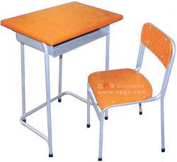 旧式な学校の木の机の表およびプラスチック椅子