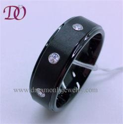 白いジルコンの石が付いている黒いタングステンのリング