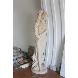 Giovane bella scultura di marmo del Virgin
