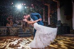L'intérieur de la neige de vol de pulvérisation de mariage