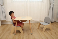 Vorschulhölzerner Kind-Spiel-Spielzeug-Innentisch und Stuhl
