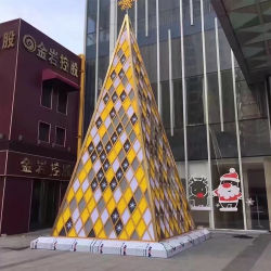 Гигантские тонкий искусственные елки акрилового волокна с художественным оформлением в лобби отеля