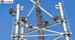 電流を通された送電の鋼鉄管タワー